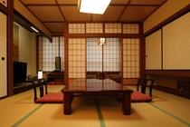 創業当時の造りそのままにリニューアルされたレトロな和室です。落ち着いた雰囲気を満喫してください。