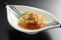 お豆腐に添えられているのは、海老と沢蟹。目でも楽しんでいただけるよう、盛り付けにもこだわっています。