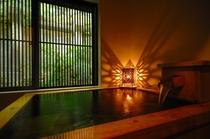 源泉掛け流しの湯を湛えた檜の浴槽が備えられております。源泉かけ流し100%の温泉をお楽しみください。