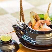 秋の定番「土瓶蒸し」。松茸の香りと良く効いた出汁の掛け合わせで贅沢気分♪