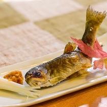 岩魚の塩焼き。塩味の効いたカリッとした食感!丸ごとかぶりつけちゃいます!