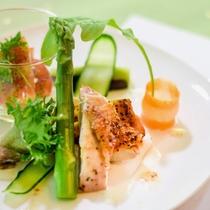 洗心亭自慢の会津地鶏料理の一品。見た目にも楽しく、健康も意識した料理。
