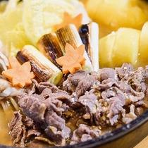 さくら鍋一例。柔らかな部位の馬肉をふんだんに使った一品。焼きネギやじゃがいもの甘みも強く美味しい!