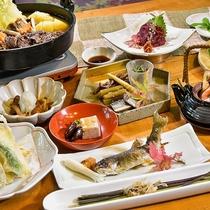 桜肉づくしのお料理一例:桜肉を使った贅沢コース。桜鍋と桜刺しは冬を華やかに演出します