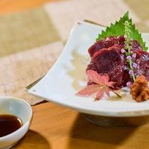 桜刺し一例。馬肉の柔らかな部位を使った、一級品です。一度食べたら病みつきに!?笑