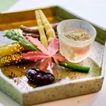 山菜料理の一例。奥会津の山菜は鮮度もよく、味付けがひき立ちます。