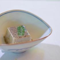 胡麻豆腐。新鮮で食感もよいのは、全て手作りでご提供しているから。