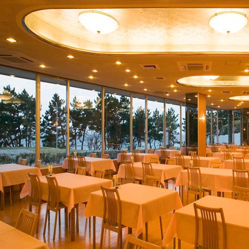 本館レストラン 夕日を眺めながら食事は格別です。