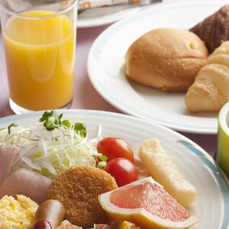 朝食バイキング 焼きたてのパンや果物がいっぱい