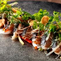 「GRILL DINING 薪火」季節限定!鰹の藁で焼き燻したタタキ