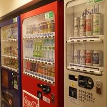 1Fフロント手前に自販機ございます。