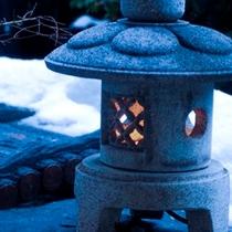 玄関横小庭の行燈