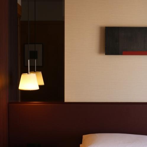 「照明とアートワーク」西洋と東洋の特色が融合し、木目を基調とした温かみのある客室へようこそ