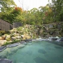 ■八右衛門の湯【露天風呂(秋)】紅葉が色付き始める露天風呂も気持ちが良いですね