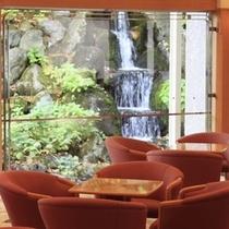 ■ラウンジ/窓から滝を眺めながらお寛ぎください