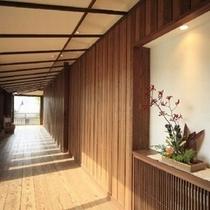 ■八右衛門の湯【アプローチ】/生け花が飾られた木の温もり感じられる廊下
