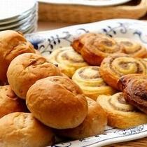 朝食一例/種類豊富なパン