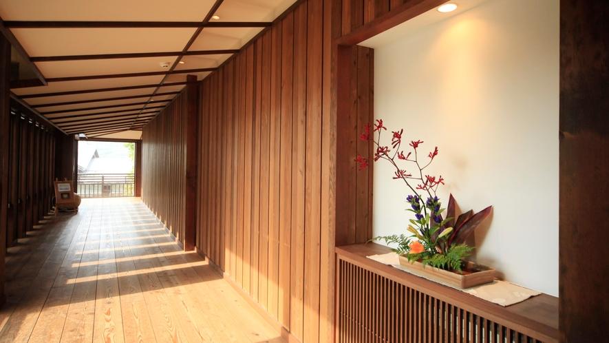 八右衛門の湯【アプローチ】生け花が飾られた木の温もり感じられる廊下