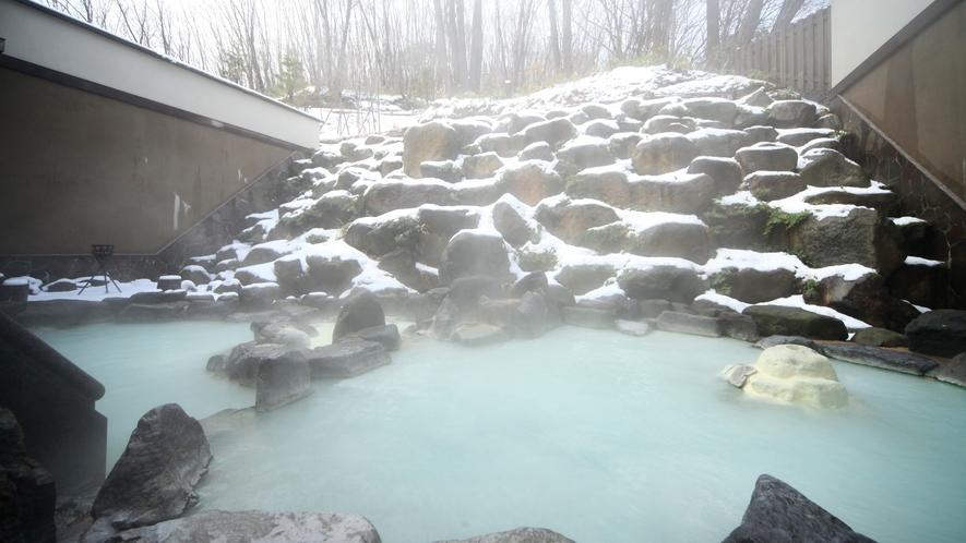 八右衛門の湯【露天風呂】冬イメージ。石造りの露天風呂では、温度の違う2つの浴槽を楽しめます。