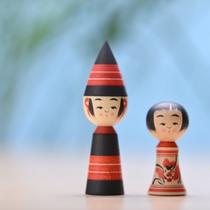 *玩愚庵こけし屋/胞吉こけしを中心とした木地玩具が並ぶ。黒と赤の2色だけで描く伝統と誇りあるこけし。