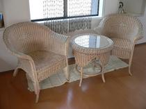 フロント脇の籐のテーブル&チェア