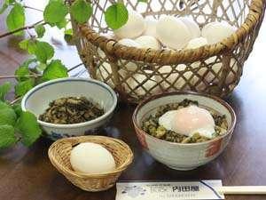 源泉たまごと野沢菜の油いため、野沢温泉流に食します。
