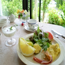 緑に囲まれたダイニングで朝食!