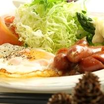 朝食-目玉焼き&ウインナー