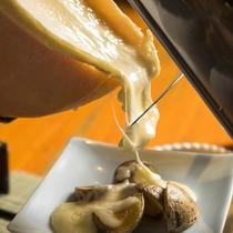 大きなラクレットチーズを溶かしてほくほくのじゃがいもにかけてお楽しみください