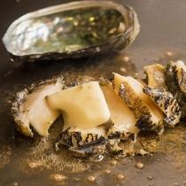 鉄板で焼いた新鮮な北海道産蝦夷鮑をご堪能ください。
