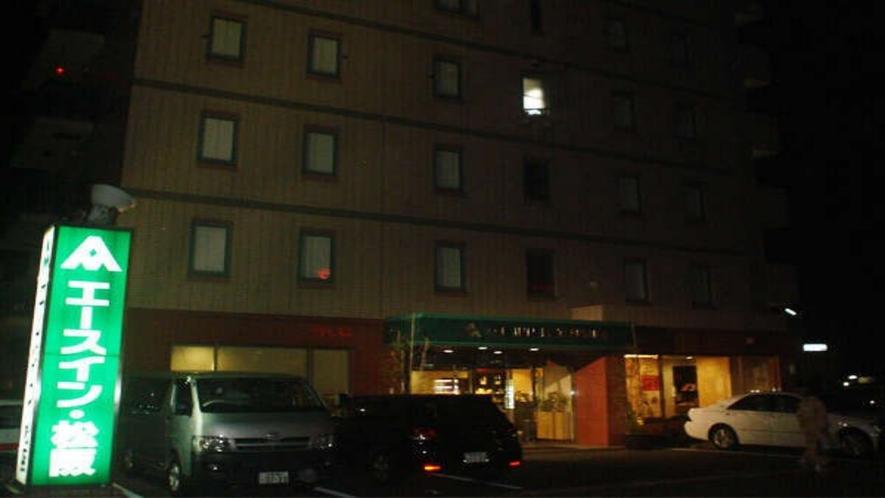 ホテル正面(夜間)