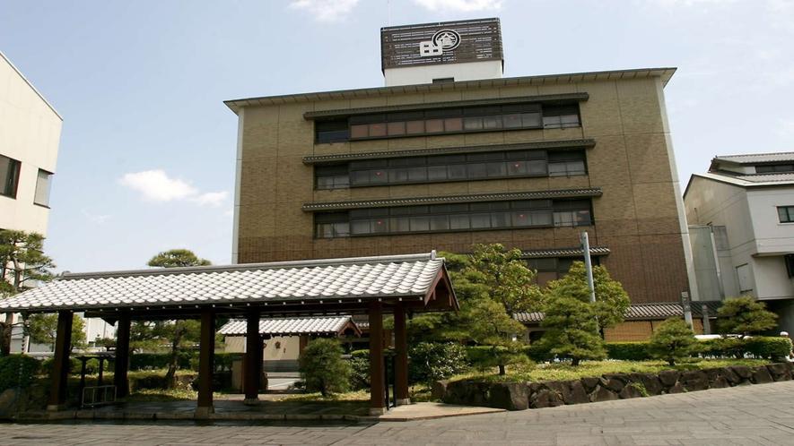 松阪牛すき焼きの老舗「和田金」へも徒歩圏内です。