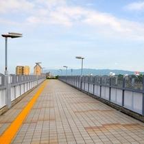5.スタジアムを右前に見ながら橋を渡ります