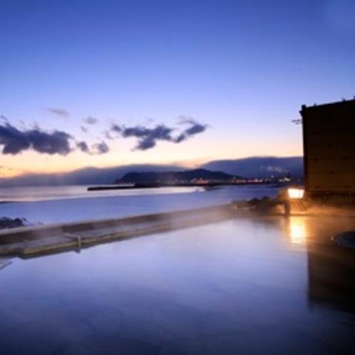 【男性大浴場露天風呂】 目の前に広がる海岸線と函館山の絶景