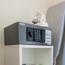 客室内金庫とアイロン・アイロンボードは各客室クローゼットの中にございます。