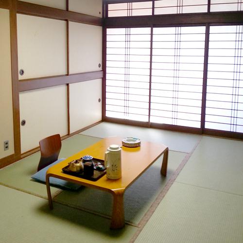 【和室6畳一例】3名様までお寛ぎいただけます。畳に足を伸ばしてゆっくりしてくださいね。