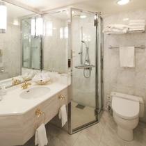 エグゼクティブツインルームのバスルーム独立シャワーブース