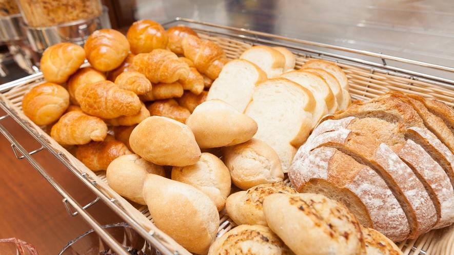 【朝食ブッフェ】ホテルベーカリー自慢のパン。その日の朝の焼き立てをぜひ味わってください。朝食