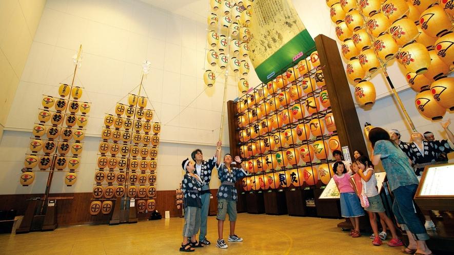 【ねぶり流し館】秋田の夏の風物詩・竿燈を気軽に体験できる施設が、ホテルから徒歩圏内に。