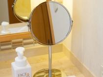 【卓上ミラー】等倍鏡と拡大鏡の両面仕様。メイクやスタイリングの際にお役立てください。