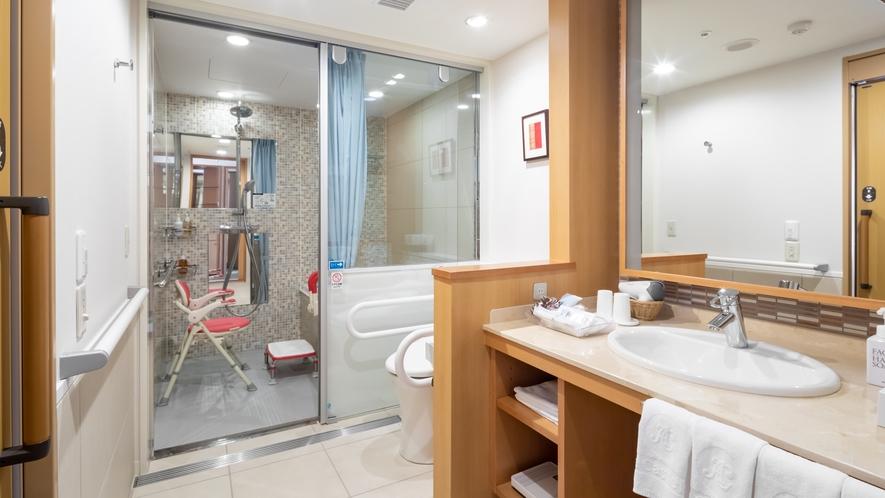 【ユニバーサルルーム】浴室までフラットな造りの床面。