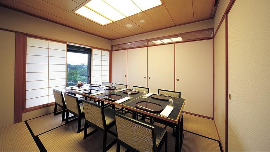 【車屋】窓の外に広がる千秋公園と太平山。秋田の四季の移ろいを愛でながら。