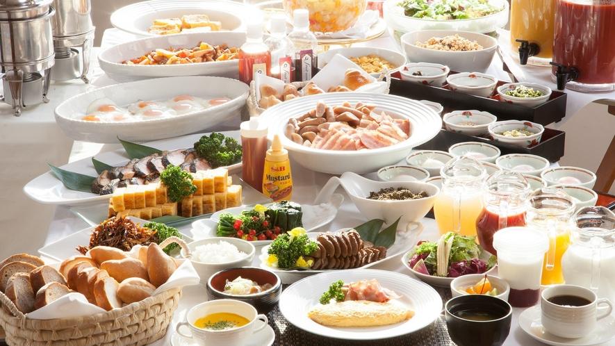 【朝食ブッフェ】ホテルならではの洋食から、秋田の味を活かした和食まで、豊富なメニューが揃います。