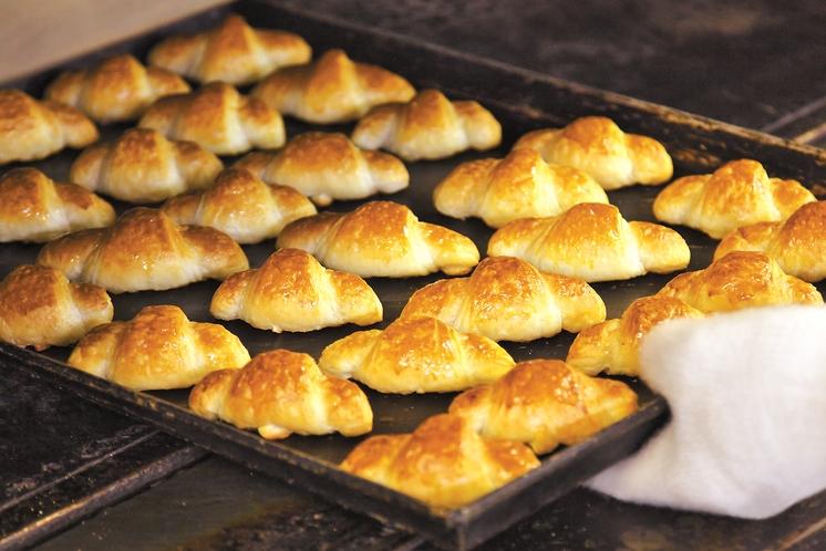 【朝食ブッフェ】人気のクロワッサン。毎朝ホテル内のベーカリーで焼き上げています。