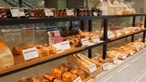 【キャッスル・デリカ】毎朝焼き上げるブーランジェ自慢のパンが並びます。