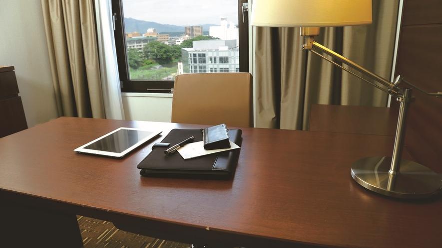 【ライティングデスク】スタンダードルームにはお仕事のしやすい広々としたデスクを備えております。