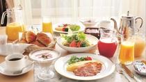 【ルームサービス】お部屋でゆったり朝食を。アメリカンブレックファストと和定食を選べます。