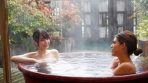 【貸切露天風呂:瓶の湯】  瓶型の湯船が2つ並び、カップルにオススメ。
