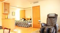 露天風呂付スイート和洋室  寝室には広めのベッドが2台とマッサージチェアも。