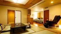 露天風呂付スイート和洋室~温泉街一望のパノラマビュー 寝室には広めのベッドが2台。マッサージチェアも